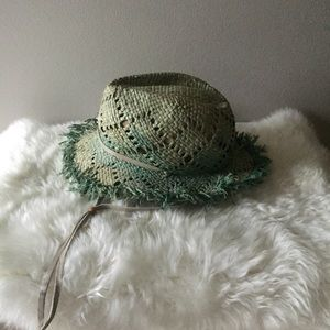 Accessories - Distressed straw beach hat